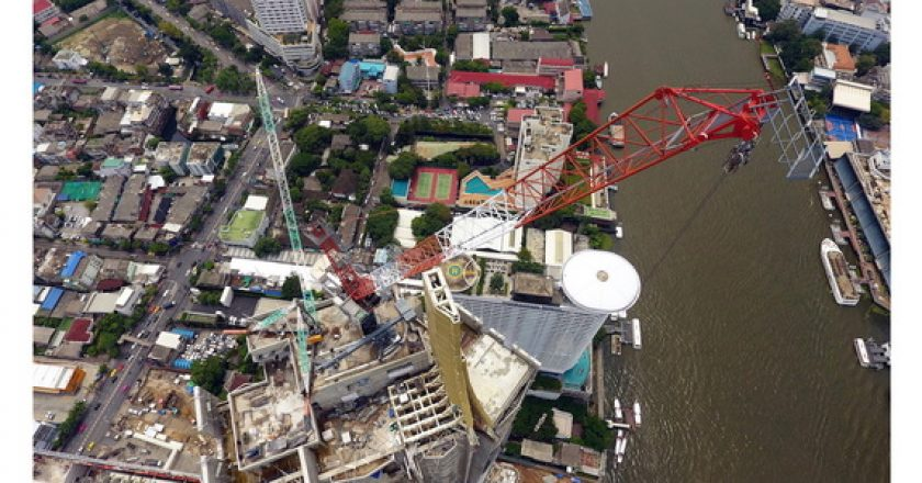 Two Linden Comansa luffing-jibs tower over Bangkok