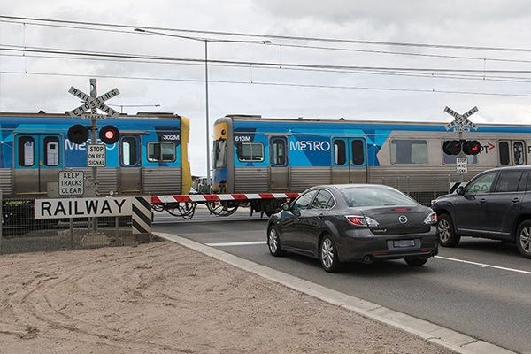 Major progress has been made to remove a level crossing on Cardinia Road in the south-eastern Melbourne suburb of Pakenham.